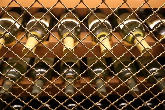 大陸葡萄酒行業希望通過進一步降低稅負加速自救。張裕董事長周洪江、天明集團董事長姜明2位葡萄酒行業人士日前提出建議減免大陸葡萄酒消費稅。(示意圖,達志影像/shutterstock)