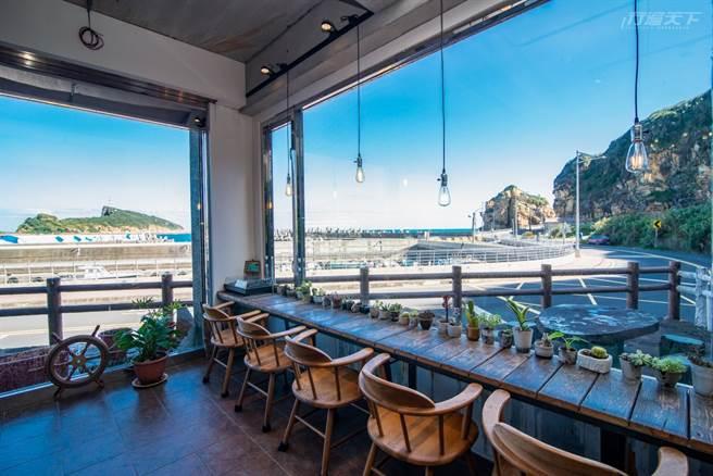 一粒沙咖啡館的海景窗台,看出去就是東澳漁港。(圖/行遍天下提供)