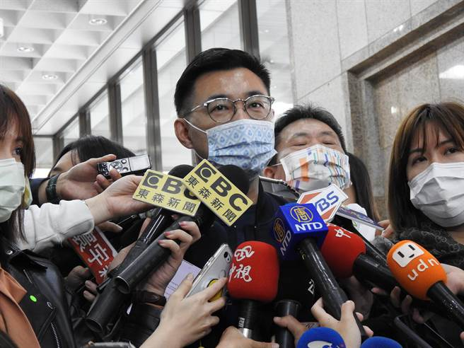 國民黨主席江啟臣上午赴中選會遞交雙公投連署書後接受媒體採訪。(趙婉淳攝)