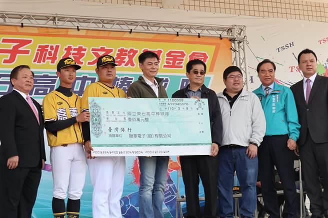聯華電子董事長洪嘉聰(右四)致贈100萬元支票給東高棒球隊,由東高棒球後援會會長陳威瀚代表(右五)接受。(張毓翎攝)