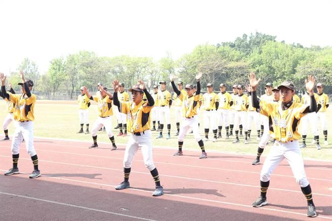 捐贈儀式9日在東石高中舉行,東高棒球小將跳戰舞迎接與會來賓。(張毓翎攝)
