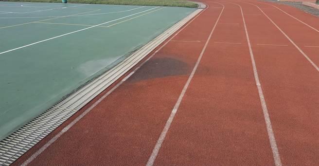 大園區內海國小操場跑道因使用許久,表面PU顆粒早已磨平,甚至有凹凸不平整,雨天時會積水的情形。(姜霏攝)