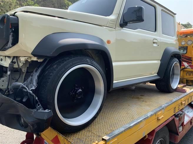 米白色自小客車susuki Jimny一早剛出保養廠,沒想到竟在台74甲線發生擦撞,又得被載回原廠維修。(摘自「彰化踢爆網」/謝瓊雲彰化傳真)