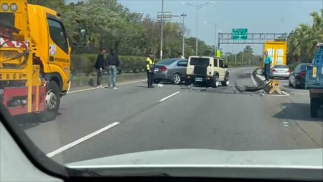 曹男駕駛的灰色HONDA CIVIC因擦撞外側機車分隔島回彈後與邱男的米白色Jimny擦撞,事故一度導致全線封閉,僅剩機車道通行。(民眾提供/謝瓊雲彰化傳真)