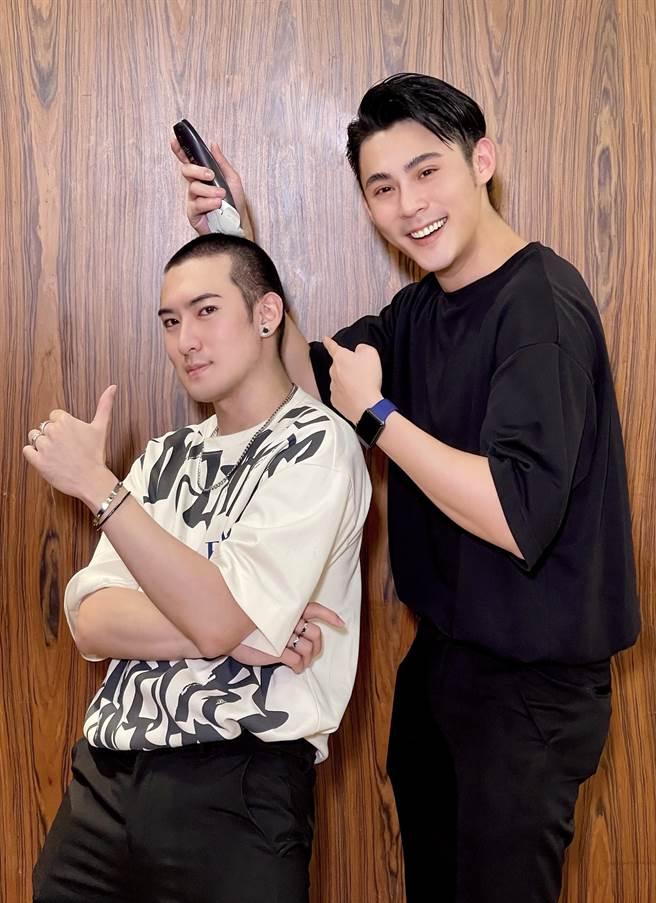 沈建宏入伍前,陳奕等好友一起幫他剃頭。(達騰娛樂提供)