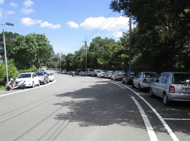 由於步道假日時遊客眾多,停車格一位難求,不少駕駛會開進步道旁的產業道路停放,影響通行。(黃婉婷攝)