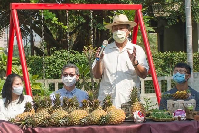(前農委會主委曹啟鴻(站者)呼籲國內餐飲業多多支持鳳梨農。圖/黃耀寬提供)