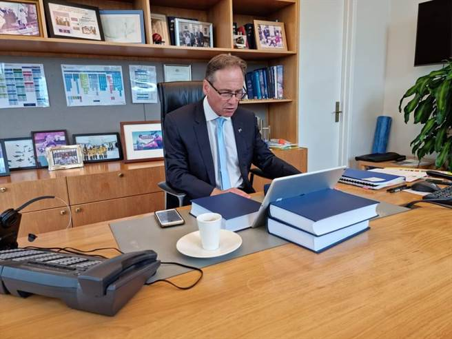 澳洲衛生部長杭特在接種AZ疫苗後不久,突然住院治療。(圖/杭特推特)