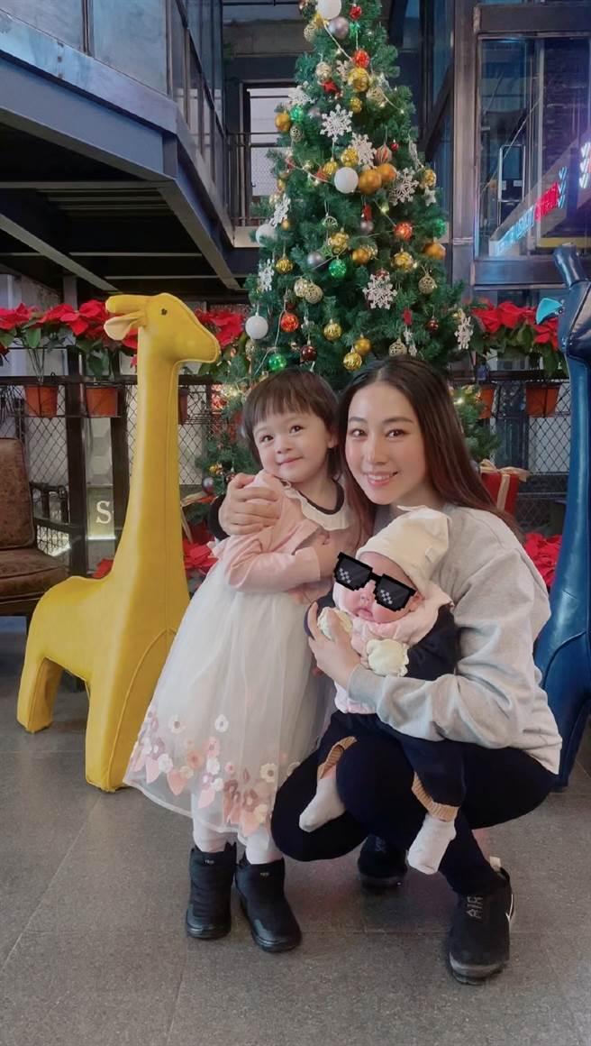 賈曉晨自責讓小女兒誤喝過期奶粉,意外引發網友罵戰。(圖/翻攝自微博)