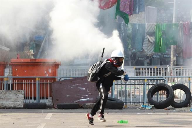 抗議緬甸政變的示威群眾9日在仰光街頭與鎮暴警察爆發衝突,鎮暴警察向群眾發射催淚瓦斯,群眾則使用滅火器噴灑藥劑,試圖藉此抵擋催淚瓦斯的衝擊。(路透)