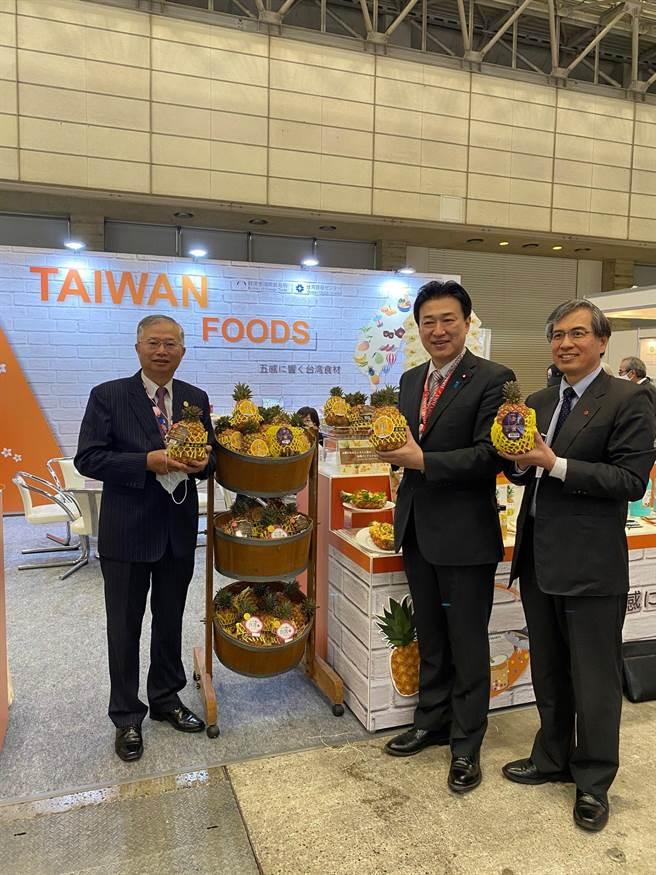 東京食品展開幕,臺灣館展出鳳梨各式農產品。自民黨眾議員木原稔(中)也到場參觀,我國代表致贈台灣屏東鳳梨。(圖:外貿協會提供)