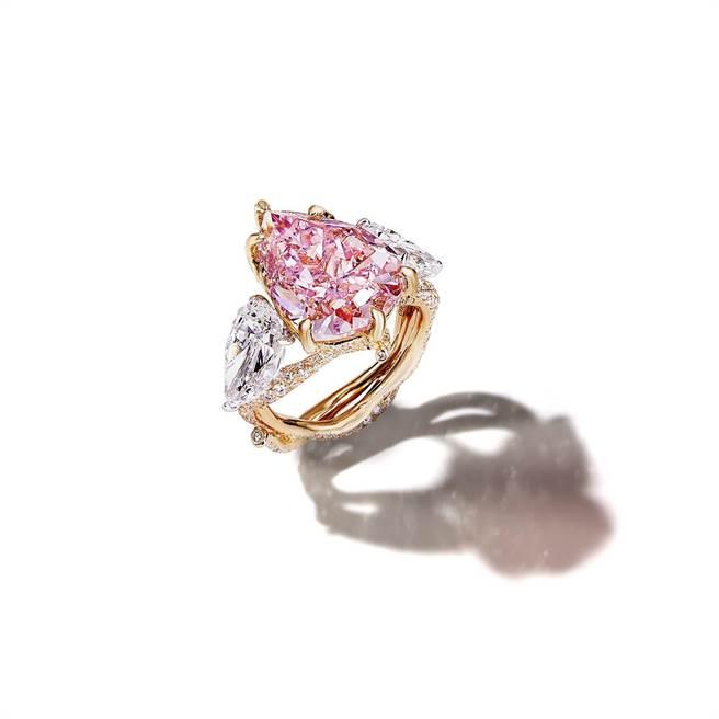 濃彩粉紅鑽樹枝戒指,主石為逾9克拉梨形濃彩粉紅鑽。(CINDY CHAO提供)