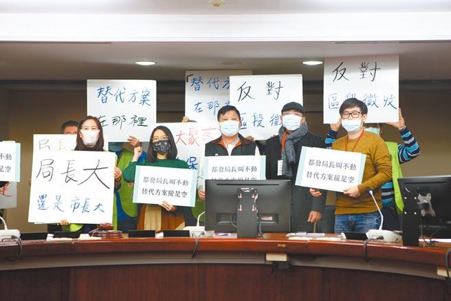 社子島自救會成員不滿台北市長柯文哲承諾的替代方案未提出就要在11日舉辦環評,將前往市府抗議。圖為自救會今年1月痛批市府對替代方案沒有積極作為。(本報資料照片)