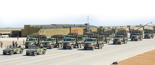 大陸不斷發展陸基中段反飛彈能力。火箭軍部隊方隊於內蒙古的朱日和訓練基地舉行閱兵。(新華社)