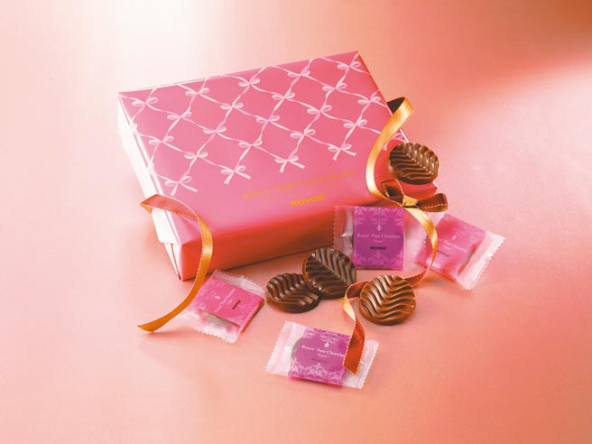 city'super ROYCE'「甜味及牛奶口味醇巧克力情人限定包裝禮盒」,2種口味各20枚,520元。(city'super提供)