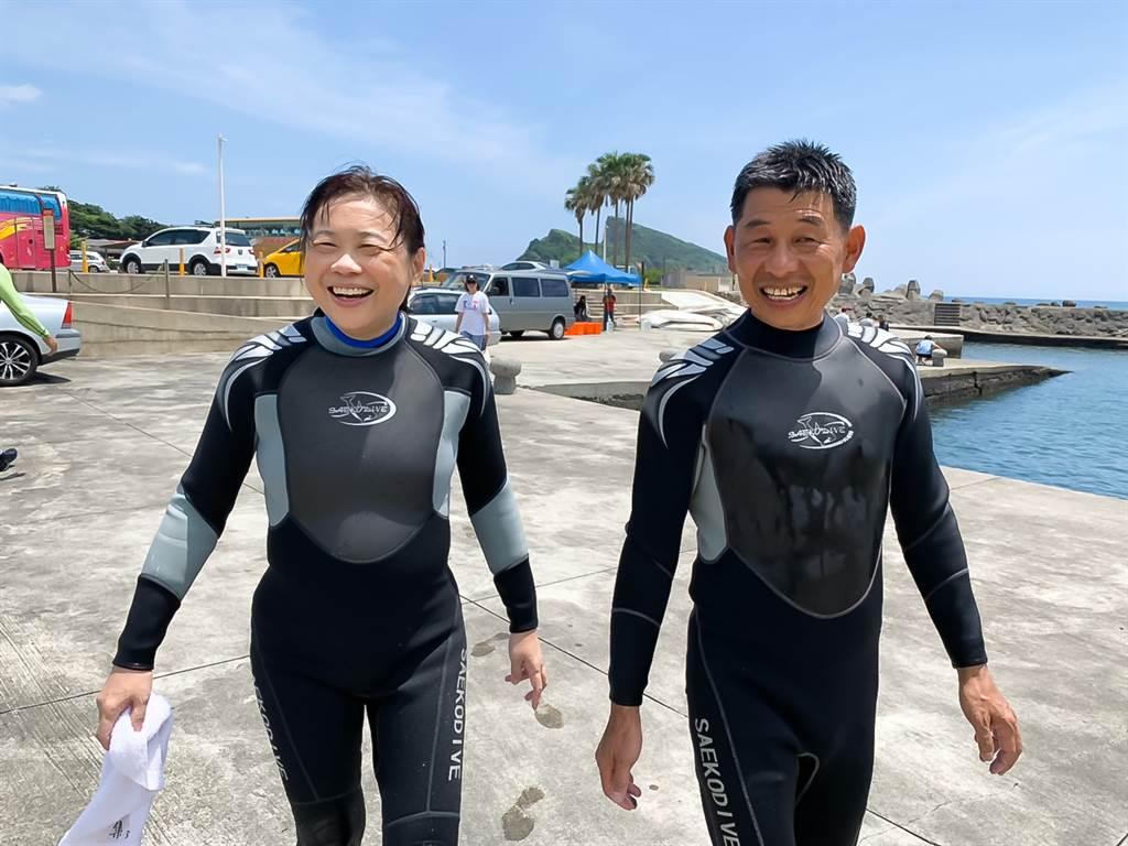 作者李永萍為了解海洋育復育,特別拜託王國昌教練指導濳水。(圖/時報出版提供)