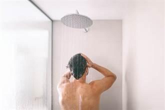 洗澡下面硬硬的 25歲男憂罹癌急摘除 醫剖開驚見整顆「化石蝦球」