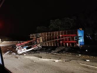 國3北上芎林段2拖板車追撞 人車翻落高架釀2傷
