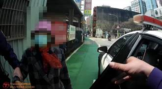 81歲老婦跌坐路邊 暖警協助載送返家