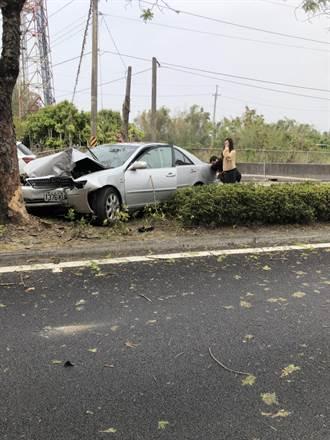 一家三代出遊 自撞匝道路樹釀1死3傷