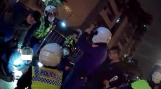 板橋自小客拒檢逃逸撞警車 警破窗逮毒男