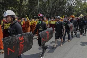 緬甸數百學子被捕狀況不明 焦急家人聚集監獄外面