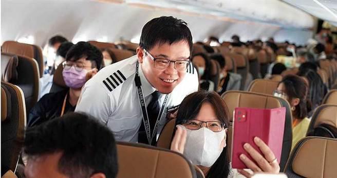 疫情期間,星宇航空推出「偽出國」航班,張國煒與機上乘客互動熱絡。(圖/星宇提供)