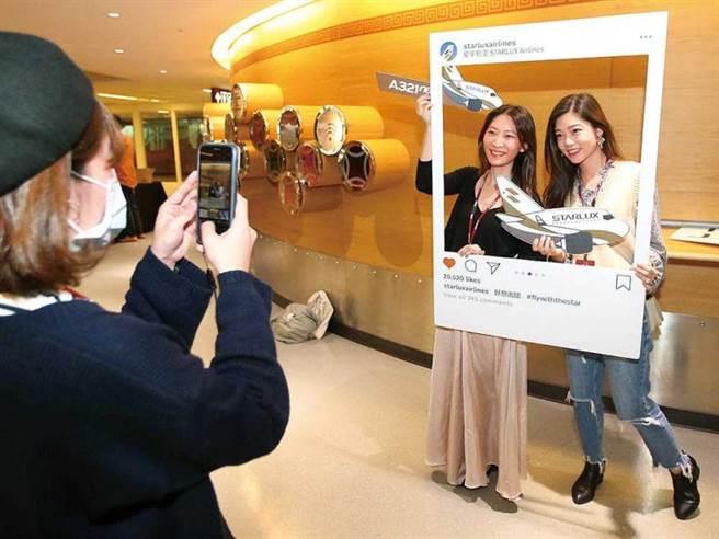 近來星宇航空帶動一波「偽出國」的旅遊潮,圖為台北至台南的雙城號行程,吸引乘客合影打卡。(圖/報系資料庫)