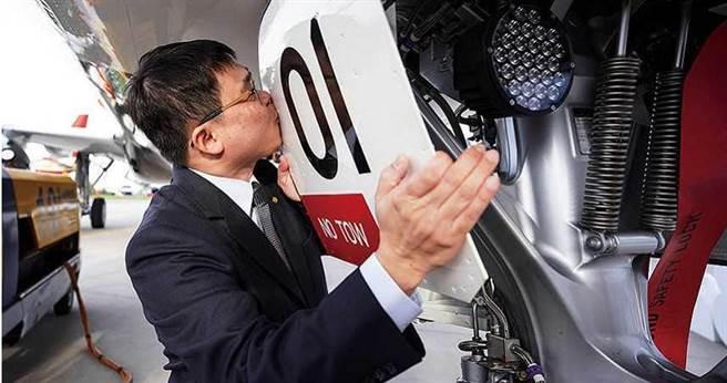 赴德國漢堡參加星宇航空首架A321neo交機儀式時,張國煒激動地親吻飛機。 (圖/星宇提供)