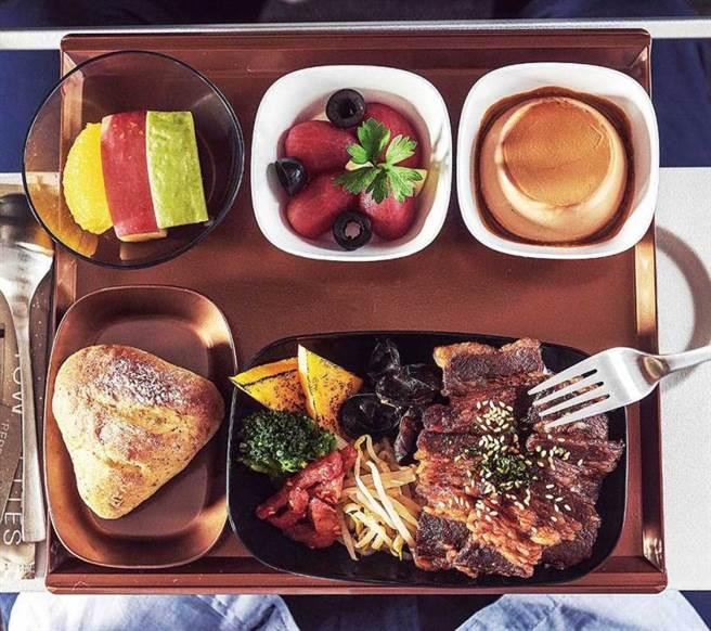 與名店「胡同燒肉」合作,星宇航空經濟艙即可享用知名美食。(圖/星宇提供)