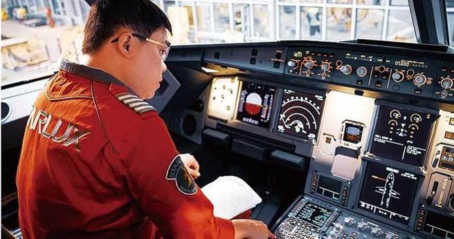 首度從德國漢堡駕駛A321neo回台前,張國煒細心檢查機艙各項設備。 (圖/星宇提供)
