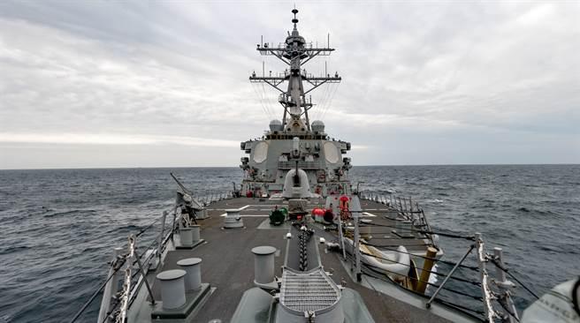 戴維森認為,美方有必要加強嚇阻能力與貫徹嚇阻的決心,讓北京知道犯台的代價過高。圖為美艦勃克級飛彈驅逐艦貝瑞號(DDG 52)穿越台海。(圖/DVIDS)