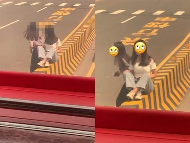 1名網友在馬路上撞見2名女大生冒著生命危險,竟坐在路中央的分隔島上坐著,而女大生的對面路邊還有1位女生正幫忙拍照。(圖/翻攝自Dcard)