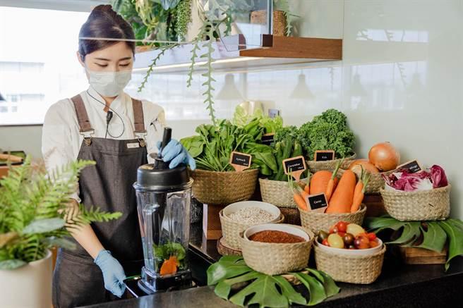 晶華酒店大班廊將由管家親製蔬果昔,提供健康飲品選項 。(晶華提供)