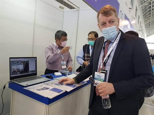 (安益集團副總裁Robert Campbell解說首次應用在台灣會展產業的虛實整合(Hybrid)的創新會展模式。圖/顏瑞田)