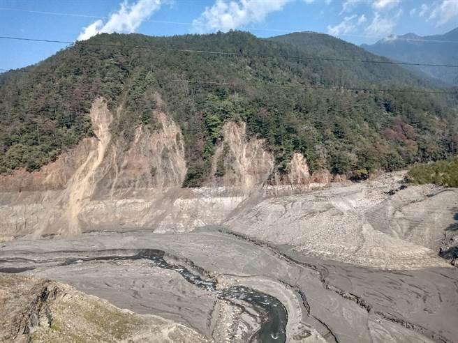 德基水庫慘旱,水位創47年來新低,河床淤泥與旁邊的山壁全都露出。(圖/鄭瑞陽提供)