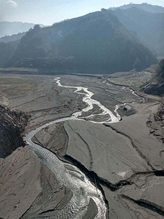 德基水庫慘旱、水位創47年來新低,河床淤泥、山壁全都露。(圖/鄭瑞陽提供)