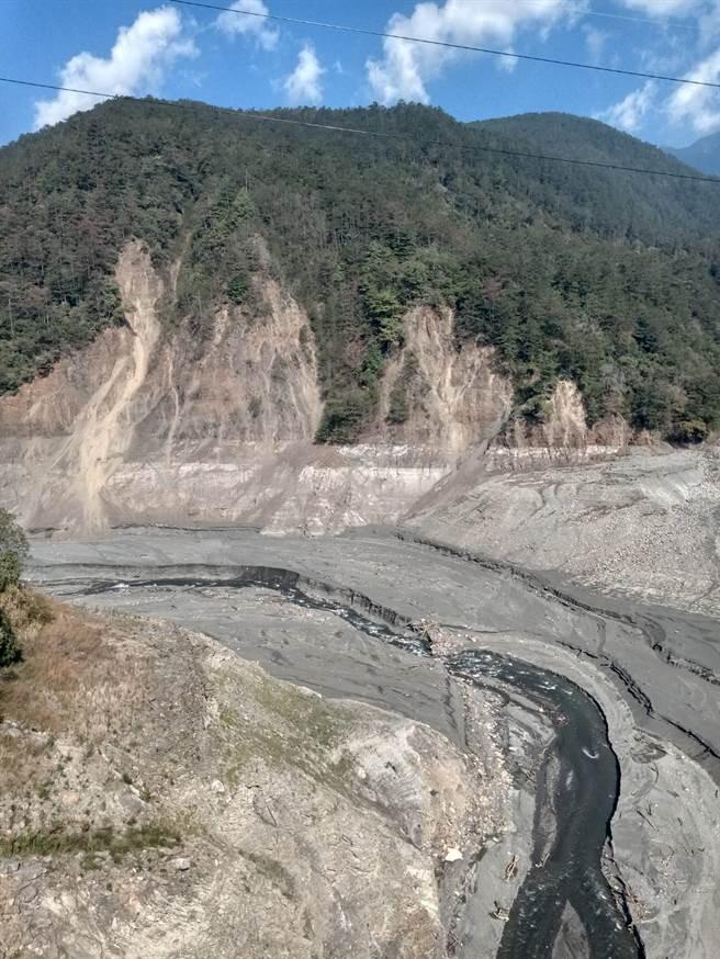 德基水庫大缺水,河床底部的淤泥以及山壁全都露出來。(圖/鄭瑞陽提供)