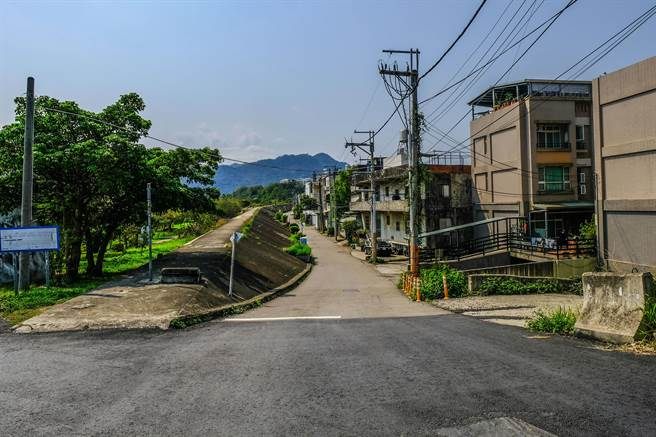 「台68線接竹東東峰路新闢工程」初步規畫路線走沿河街,新開一條2.2米的道路。(羅浚濱攝)