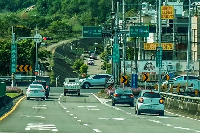 台68線到竹東大橋前的台三線為終點,縣府規畫「東峰路新闢工程」是從路口走沿河街,新開一條2.2米的道路。(羅浚濱攝)