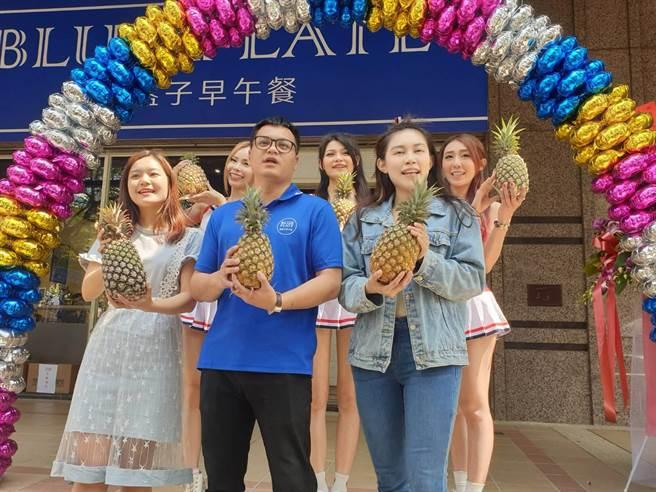 藍盤子早午餐店特別邀請了五名青春洋溢、美麗動人的showgirl,不但是推廣台灣本土農產品,也炒熱現場的氣氛。(馮惠宜攝)