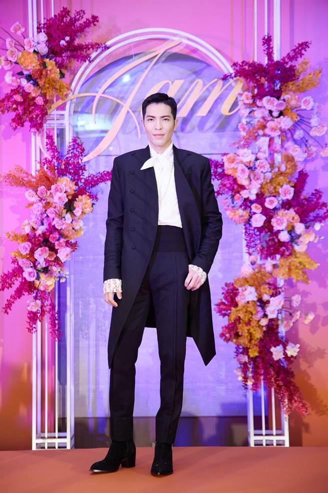 今華納音樂將記者會現場佈置為「世紀婚禮」,蕭敬騰由延伸舞台走向主舞台,氣勢十足。(華納音樂提供)