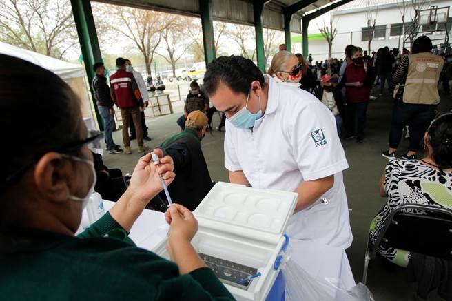 由於美國拒絕分享,墨西哥再向中國大陸採購大批疫苗。圖為墨西哥醫護人員準備為民眾施打疫苗。(圖/路透社)