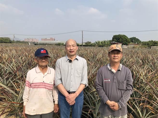 韓國瑜前往高雄大樹拜訪從16歲開始耕種鳳梨,至今已70多個年頭的鳳梨伯,及其兒子林郁修。(摘自韓國瑜臉書)