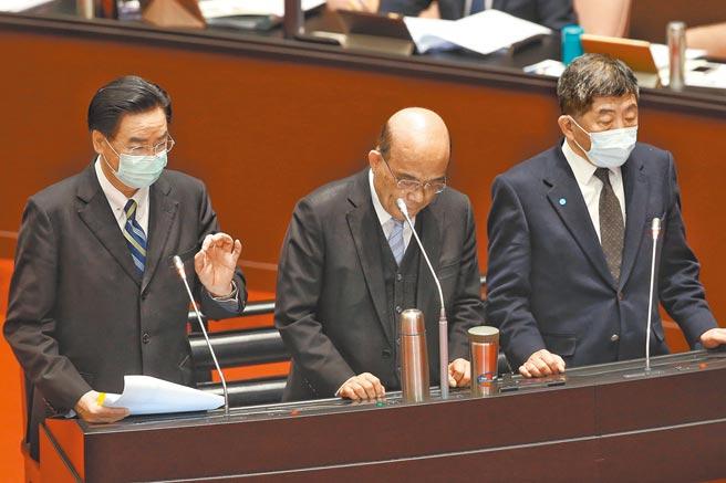 衛福部長陳時中(右一)昨天在立法院備詢時指出,上周與3000多位醫護人員接觸,有7成願意施打AZ疫苗。(王英豪攝)