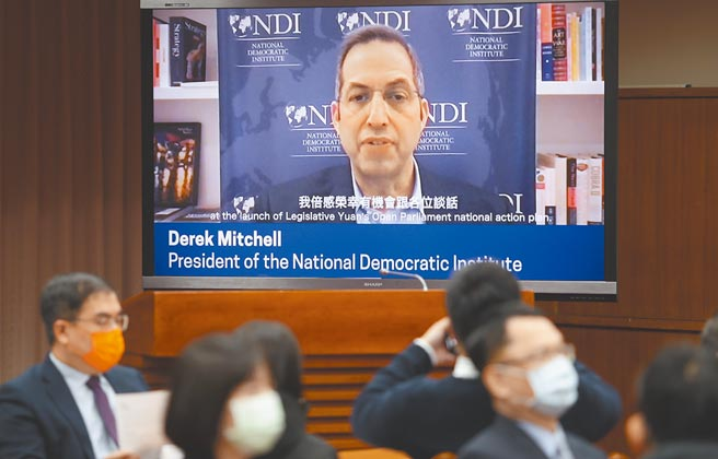 臺灣開放國會行動方案正式上線記者會9日舉行,美國國際民主協會會長米德偉以視訊的方式發表賀詞。(季志翔攝)