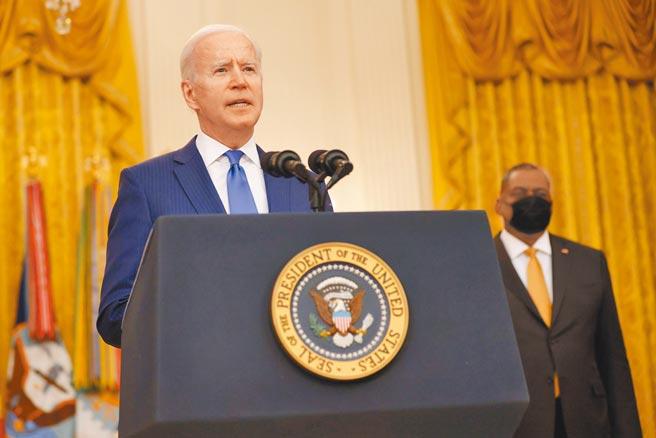 美國總統拜登8日出席記者會,提及國防部長奧斯汀(Lloyd Austin)時,忘記了對方的名字,讓站在身後的奧斯汀不知如何是好。(路透)