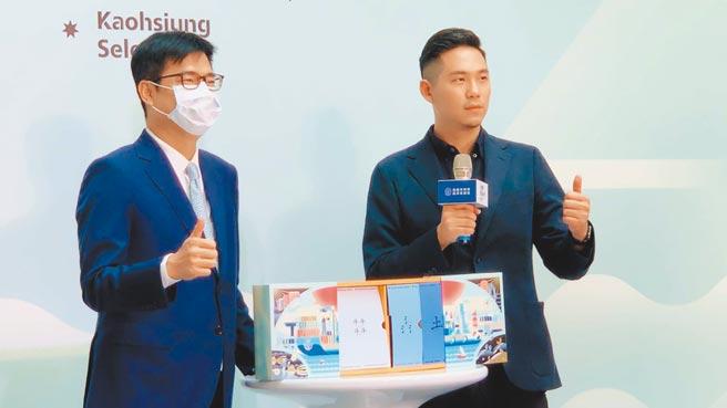 高市府找來新銳設計師顏伯駿(右)打造「港都選物所」限量禮盒,9日與市長陳其邁(左)共同開箱。(柯宗緯攝)