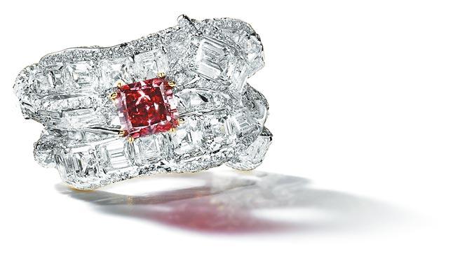 紅鑽極為罕見,這只逾1克拉阿蓋爾紅鑽被GIA命名為「Red Princess」(紅色公主),還為它出了一本專書,身價不凡。(CINDY CHAO提供)