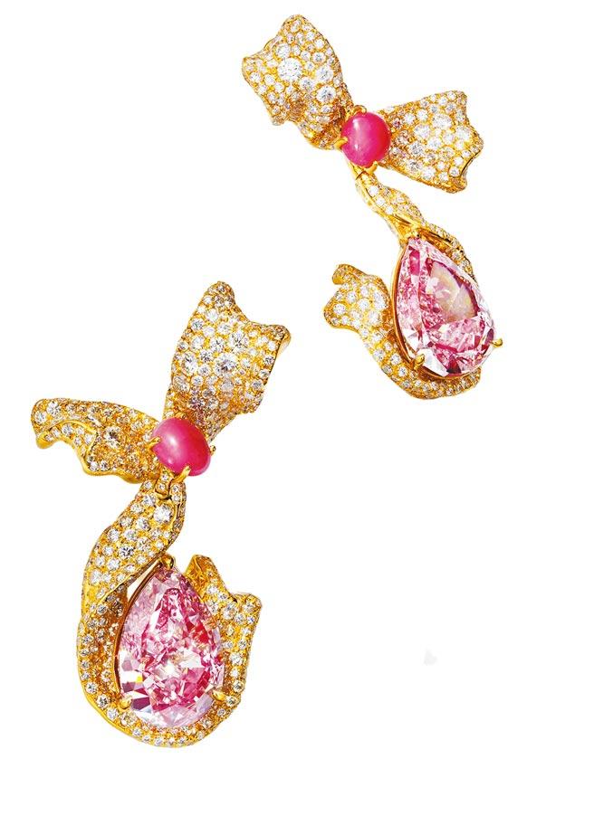 濃彩粉紅鑽緞帶耳環,兩顆各逾5克拉粉紅鑽、兩顆孔克珠約1.6克拉,售價近10億元。(CINDY CHAO提供)